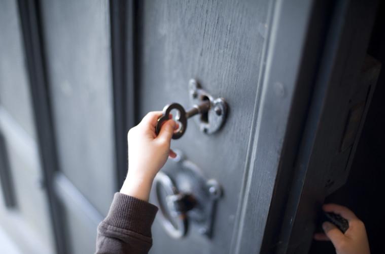 Приснилось, что открываете дверь ключом, — вы обладаете уникальными возможностями отыскивать выход из всех ситуаций, невзирая на их сложность и запутанность.